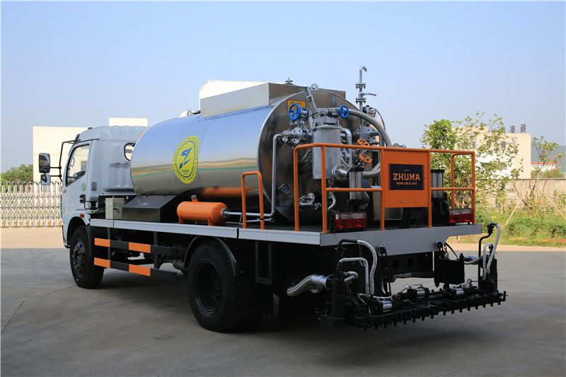 HOWO 4000L Asphalt Construction Equipment Covered With Stainless Steel Sheets
